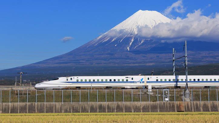 Vue sur le Mont Fuji sur la ligne shinkansen entre Tokyo et Kyoto