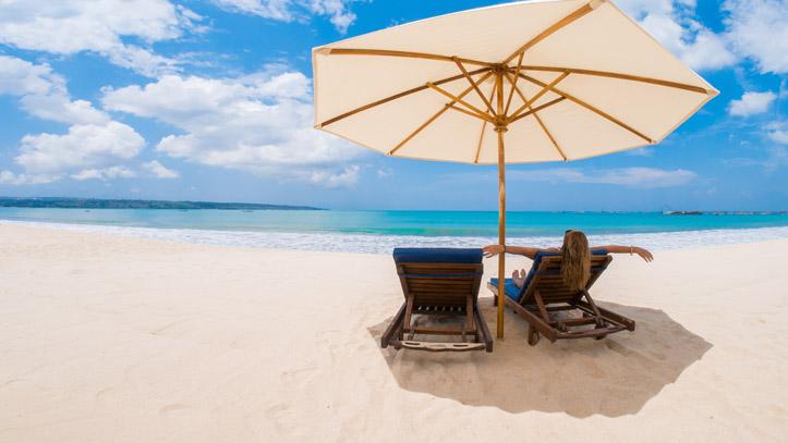 Femme transat kuta beach Bali