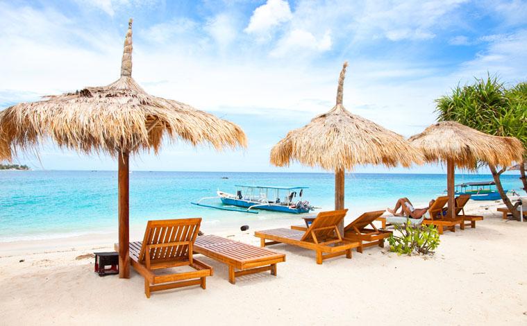 parasols-plage-indonesie-iles-gili