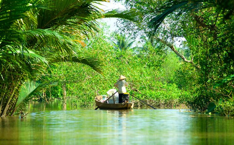 pirogue-homme-mekong-vietnam