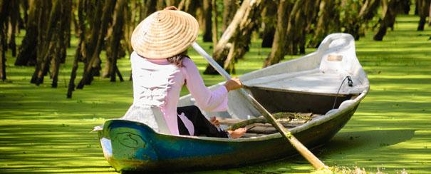 Femme sur un lac du vietnam